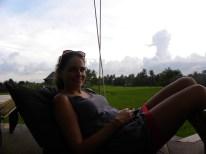 Relaxen und den Sonnenuntergang inmitten der Reisfelder genießen