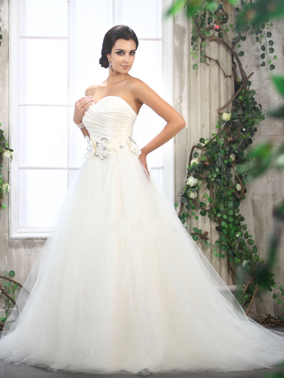 Flattering and Charming Bride Dresses for Special Day