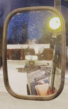Traktor med vannvogn og ismaskinen