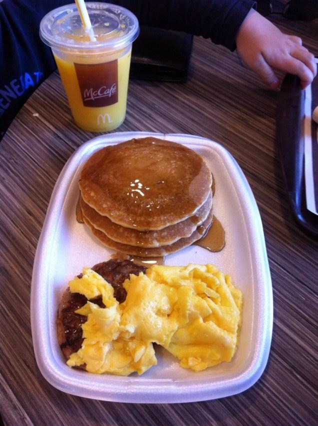 Pořádná snídaně je základ dobrého výletu ;-) Miluju pancakes a vajíčka a masíčko! A Junior už taky :-D