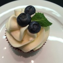 Čokoládový cupcake s bezinkovým krémem - bezkonkurenční koombinace chutí!