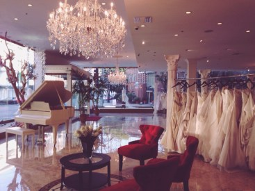 Red velvet chairs, a white grand piano, pillars, dresses for days… and just look at that chandelier! Gorgeous.