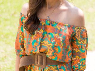 A blogueira Mônica Araújo montou look com macaquinho estampado da Évora Boutique.