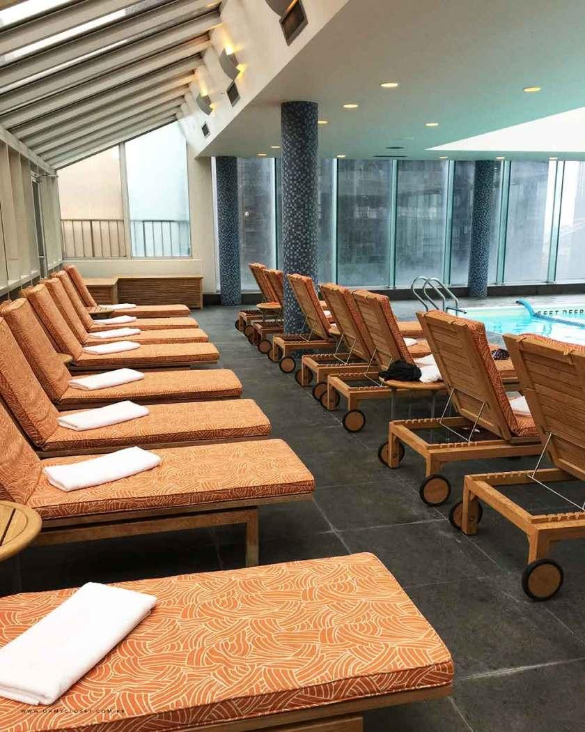 Conforto no salão da piscina dentro do hotel Parker New York.