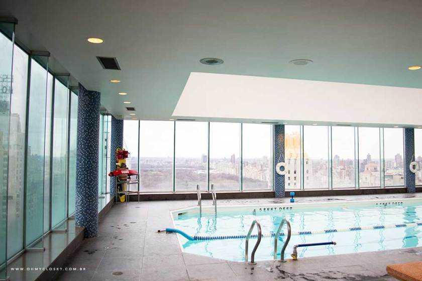 Vista da piscina no rooftop do hotel Parker New York.