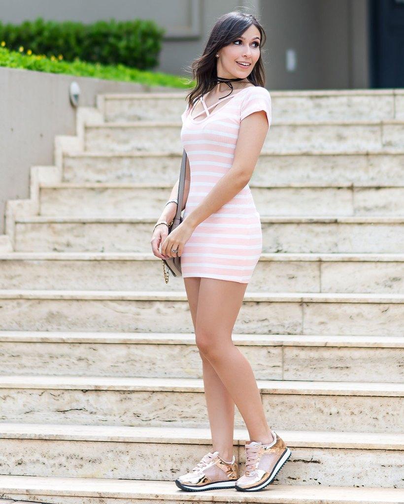 Tendência: vestido de ribana! Vem ver o look da influencer Mônica Araújo para Ypslon Atacado com tênis Vizzano.