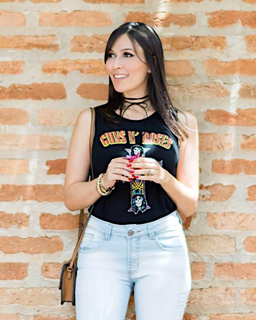 Calça jeans Hipsters Denim e camiseta de banda. Veja o look casual da influencer Mônica Araújo no Oh My Closet!