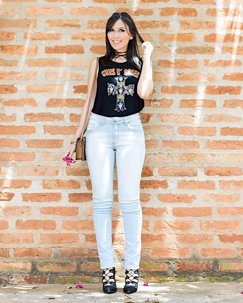 Camiseta Guns and Roses no look casual com jeans da influencer Mônica Araújo do Oh My Closet!