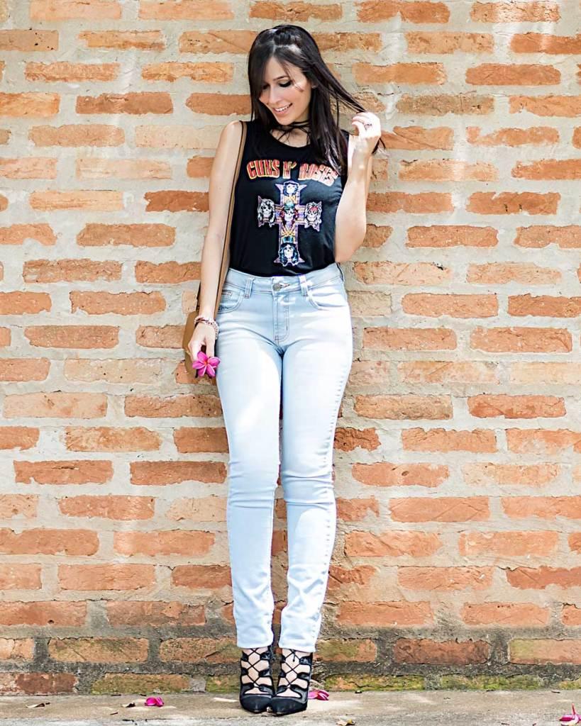 Camiseta de banda no look casual com jeans para o final de semana da blogger Mônica Araújo.
