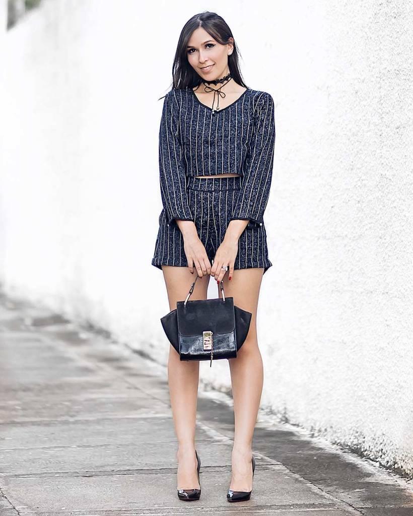 Conjuntinho risca de giz no look da blogueira Mônica Araújo para Ypslon Atacado. Veja esta tendência do inverno 2017 no Oh My Closet.