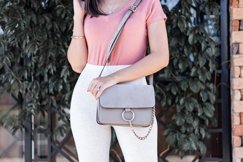 Look Básico Rosa Blush pink calça legging detalhes bolsa Ali Express por Mônica Araújo.