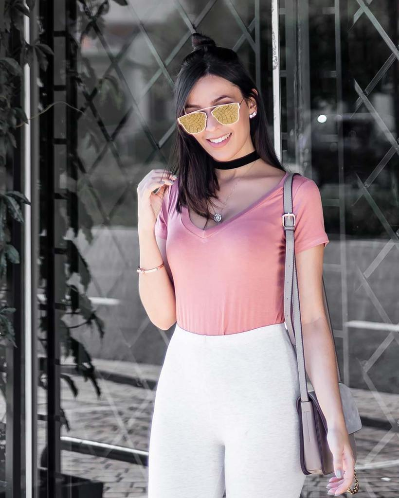 Look estiloso rosa blush pink calça legging básica Renner Dafiti óculos dourado Mônica Araújo.