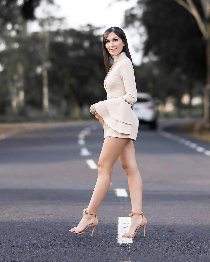 Macaquinho e sandália nude look de inverno com manga sino.