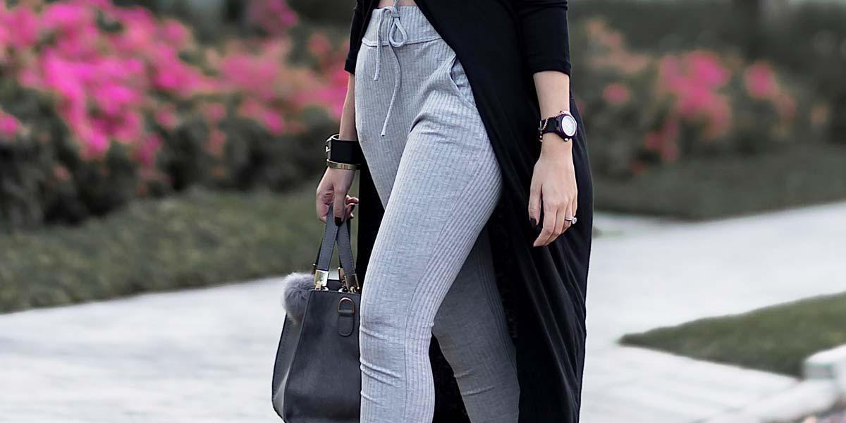 Delalhes calça jogger cinza em look confortável e arrumado.