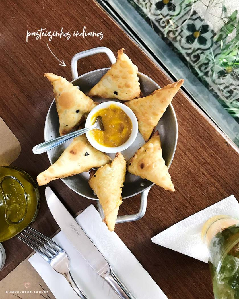 Entrada de pasteizinhos indianos com chutney de manga do restaurante Insalata.