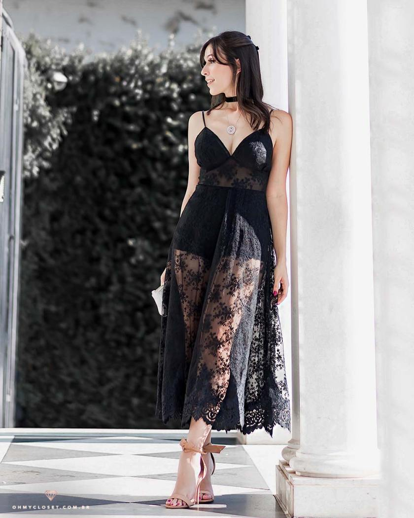 Mônica Araújo veste Olympiah vestido midi de renda.