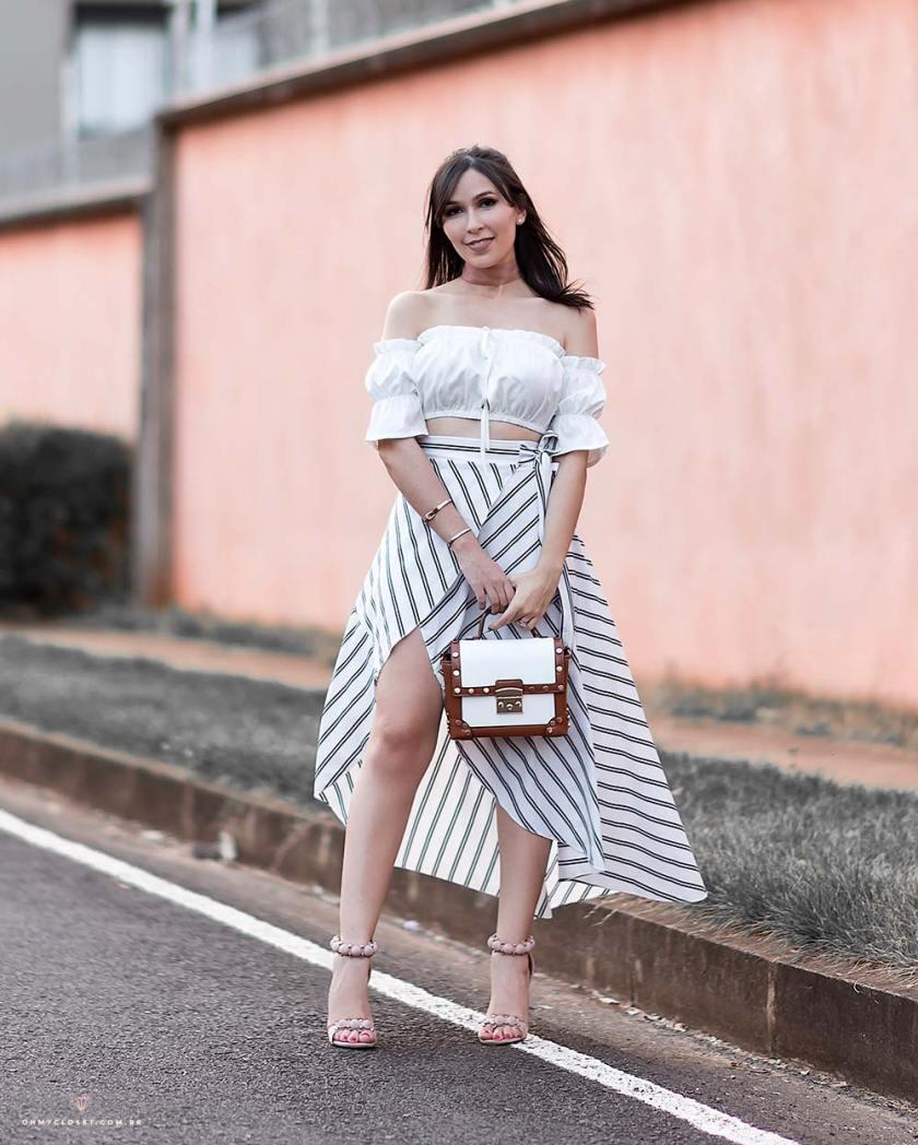 Look com as tendências do verão 2018 com a  influencer Mônica Araújo.