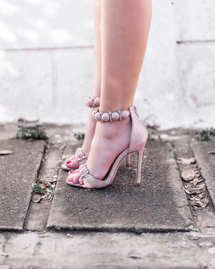 Detalhes da sandália rosê de pompom da Forever 21.