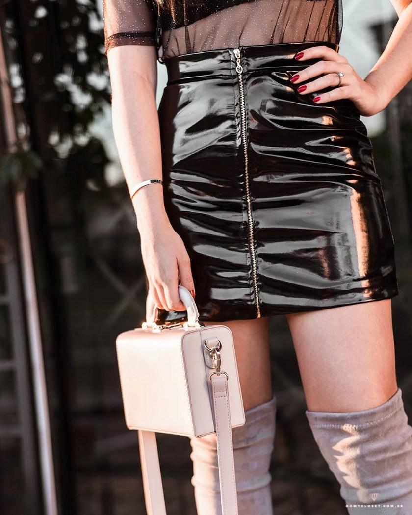 Detalhes do look com saia de vinil e bolsa rosa da Renner.