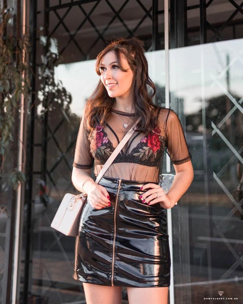 Saia de vinil e blusa de tule no look da blogueira Mônica Araújo.