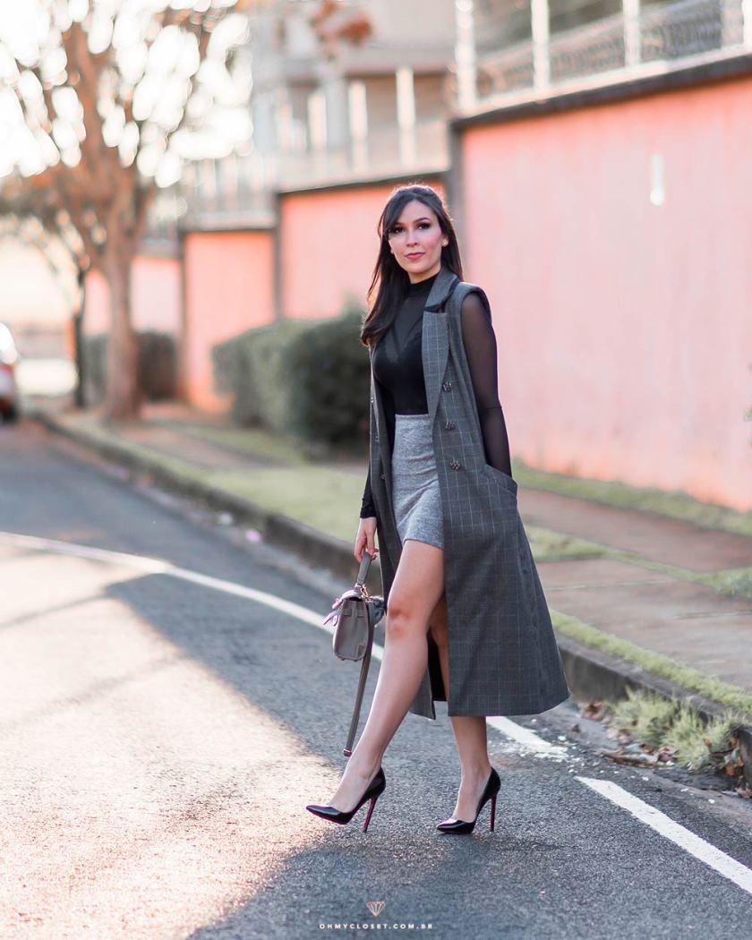 Look de inverno da influencer Mônica Araújo com colete alongado da Renner.