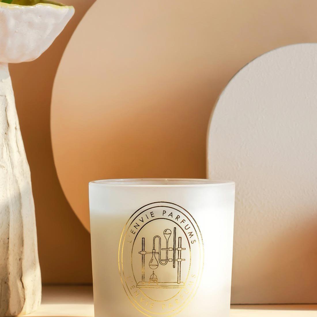 Velas perfumadas na seção casa da Amaro.