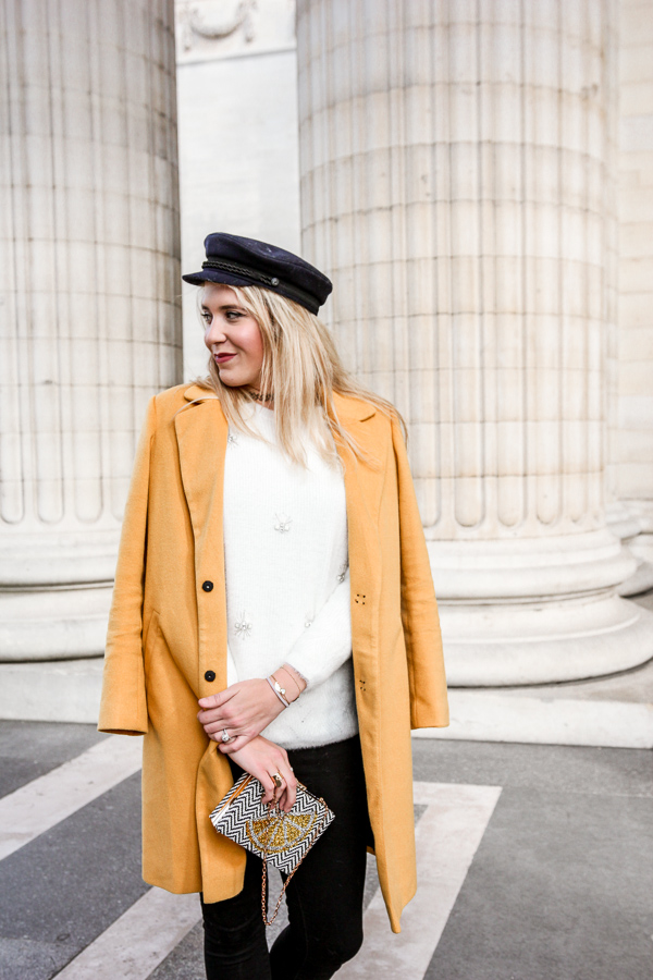 Blogueuse vêtue d'un manteau jaune moutarde