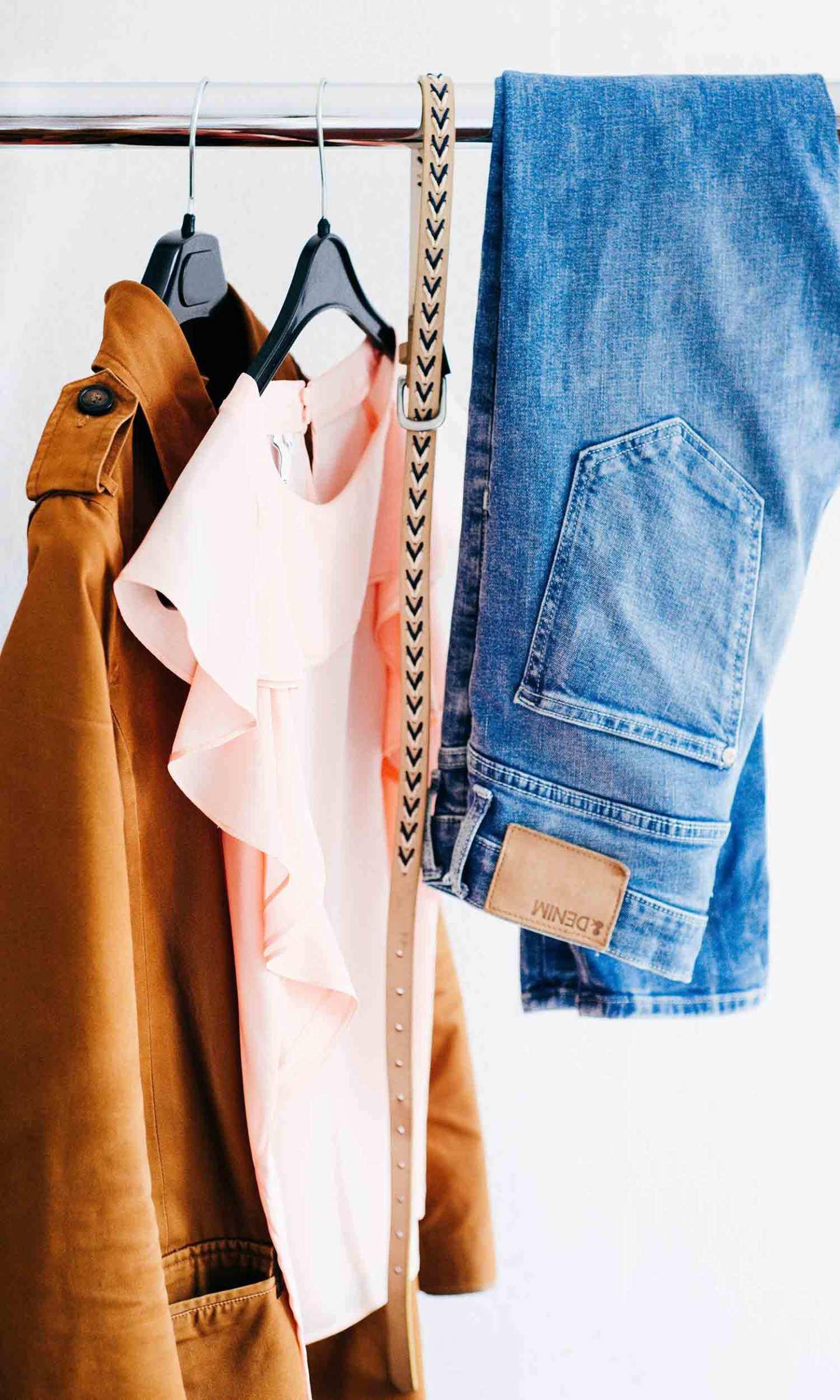 Dressing avec vêtements suspendus
