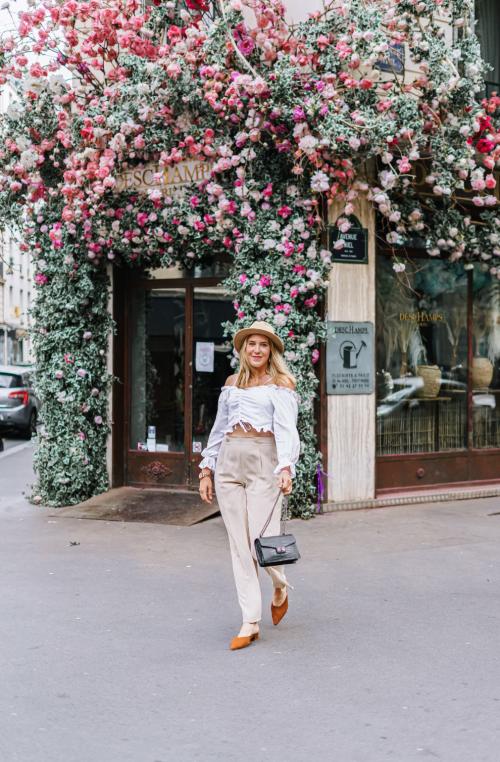 Blogueuse mode devant un fleuriste