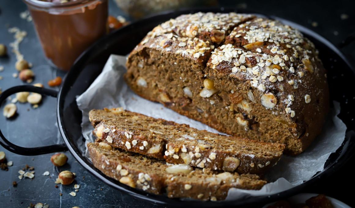 Glutenvrij sodabrood met noten, dadels en rozijnen