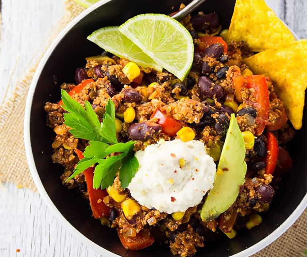 17 of the Best Vegetarian Chili Recipes: Spicy Vegan Tofu Chili with Sour Cream