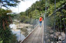 Über die bekannte Hängebrücke zur Bootshaltestelle