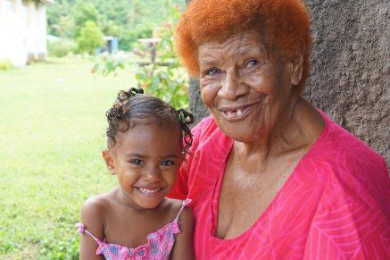 Oma und Enkelin in einem der Dörfer