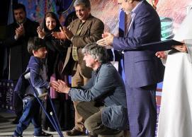 Klaus Stanjek entrega el premio al otro brillante niño protagonista ganador de la sección documentales