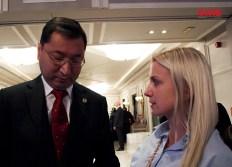 El Excmo. Embajador de la República de Kazajstán en España, el Sr. D. Bakyt Dyussenbayev junto a María Grunyk, Directora Ejecutiva de OHRE.