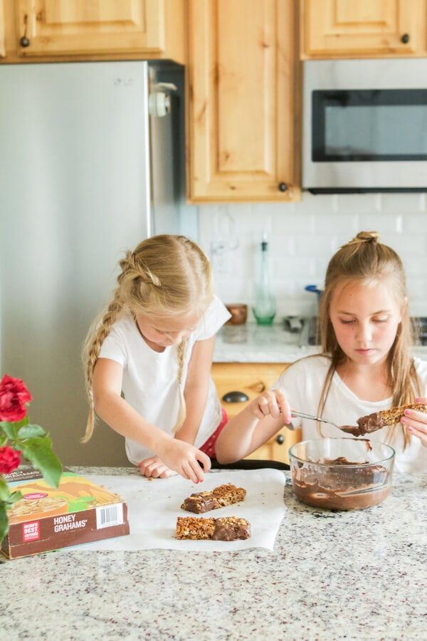Whether you're packing up lunches for school or headed out on a day of errands to be run these chocolate dipped s'mores granola bars are the bees knees! ohsweetbasil.com