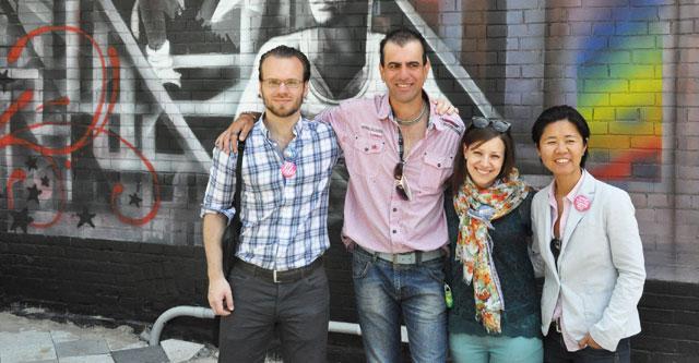 Tristan Downe-Dewdney, Christiano De Araujo, Sheila Pardoe e vereadora Kristyn Wong-tam na inauguração do mural do centro comunitário 519.