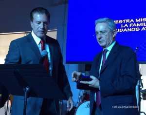 homenaje a Uribe