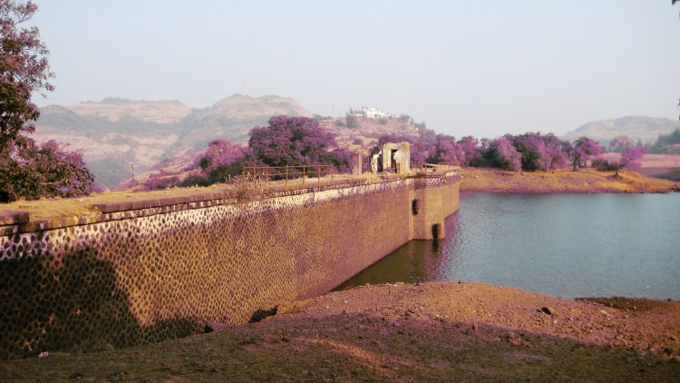 The Tungarli dam stretches over the eponymous lake