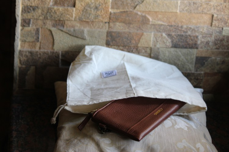 This Urby leather wallet can be stored safely in this clothbag that comes with it.