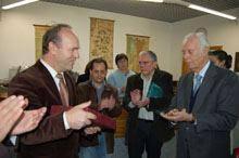 Adriano Vasco Rodrigues doou livro de Newton         ao IPG