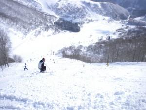 超上級ゲレンデ新雪重い尾根コースから谷コースに