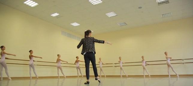 Escola Bolshoi: aula das meninas