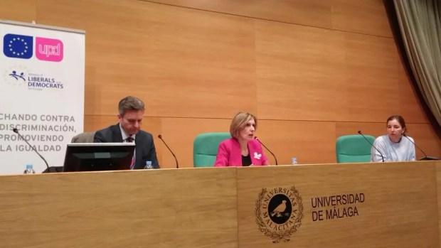 Beatriz Becerra en el coloquio Europa y desigualdad, en el Rectorado de Málaga