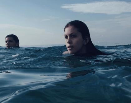 Sarah Abdala levada pelas águas em novo clipe