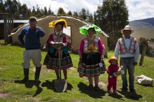Los comuneros de Huacapunco caminan hacia su qocha ubicada en lo alto del distrito cusqueño de Colquepata