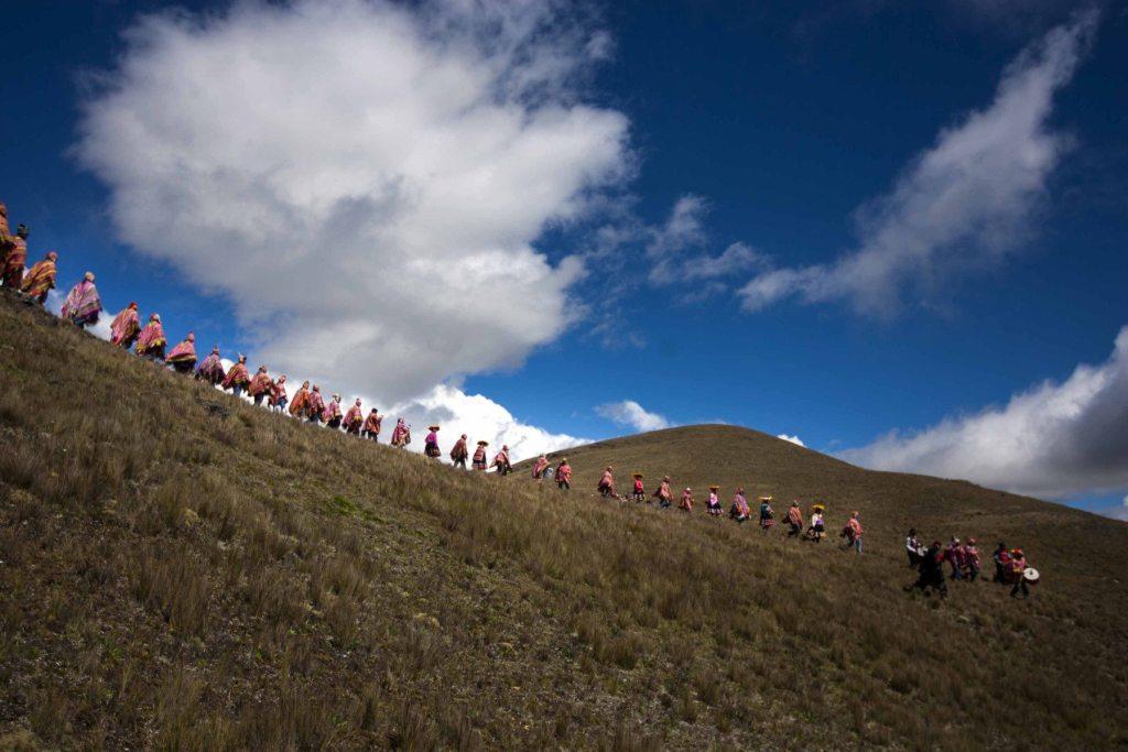Los comuneros de Huacapunco caminan hacia su qocha ubicada en lo alto del distrito cusqueño de Colquepata.