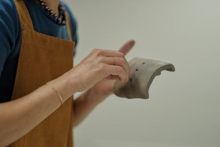 Kvinna som formar lera
