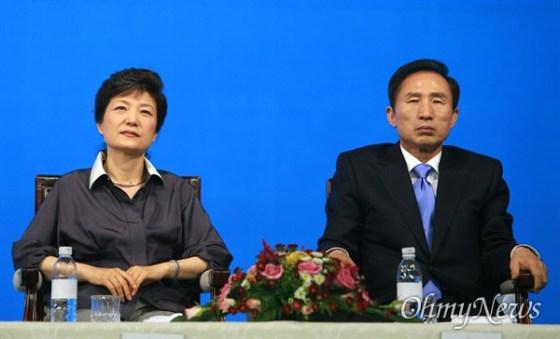 박근혜 후보와 이명박 후보는 2007 년 8 월 6 일 경남 창원 실내 체육관에서 열린 한나라당 대선 후보 공동 연설에서 나란히 앉아 다른 후보들의 연설을 듣고있다.