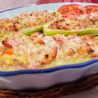 Calabacines rellenos de pollo y queso.
